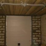 Белые секционные ворота в гараже