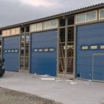Промышленные секционные ворота синего цвета