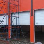 Промышленные секционные ворота белого цвета